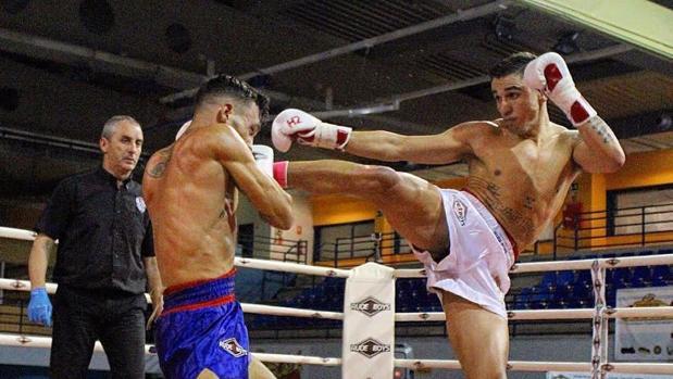 Jonathan Fabián golpea con una patada alta en un combate de muay thai