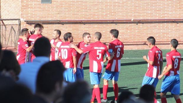 Los jugadores del Navalcarnero celebran su gol ante el Rayo Majadahonda