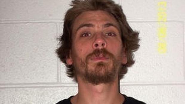 Christopher Craig es fichado por la policía en una detención anterior