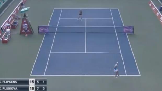 Tenis:  Puntazo por detrás de la espalda