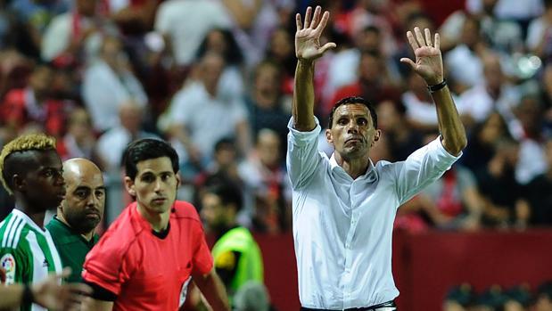 El entrenador del Real Betis Balompié, Gustavo Poyet, durante el partido contra el Sevilla