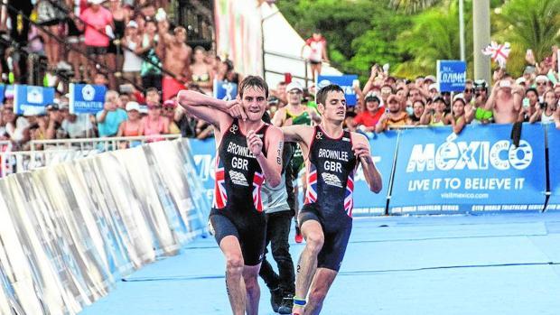 Alistair (izquierda) sujeta a Jonathan Brownlee (derecha) en la recta final antes de la meta