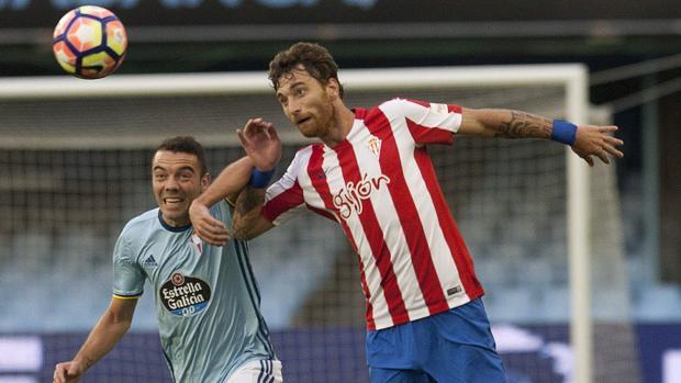 Iago Aspas pelea el balón con Sergio Álvarez