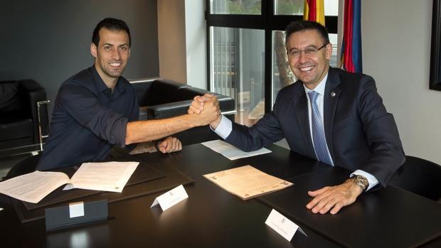 FC Barcelona:  Busquets amplía hasta 2021
