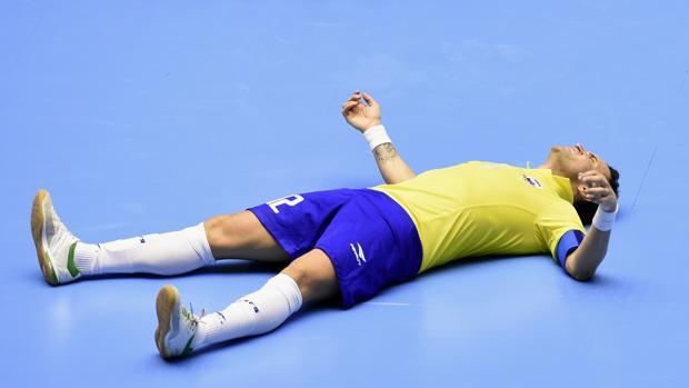 Falcao queda en el suelo tras la derrota ante Irán