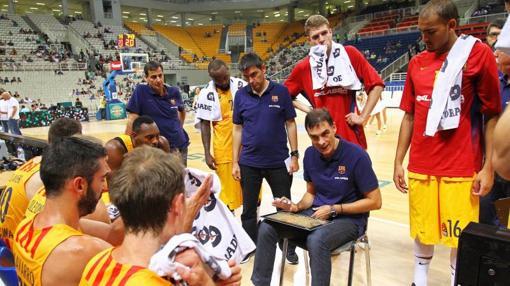Bartzokas da instrucciones a sus jugadores durante un amistoso de preparación