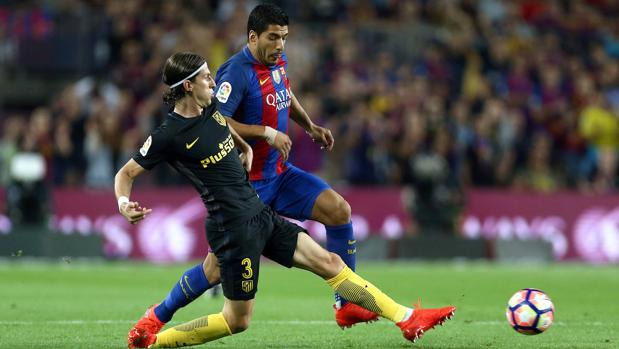 Luis Suárez y Filipe Luis durante el encuentro correspondiente a la quinta jornada de primera división
