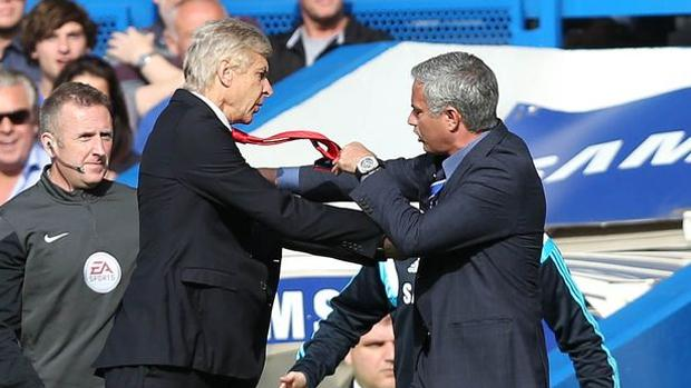 Wenger empuja a Mourinho durante un Chelsea-Arsenal en 2014