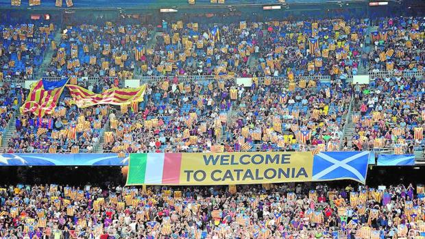 Miles de aficionados con esteladas en el Camp Nou