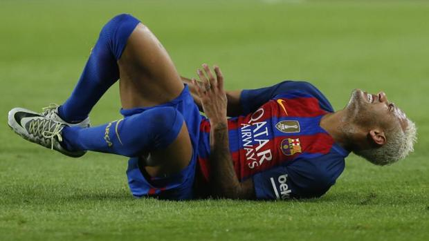 Neymar se duele durante el Barcelona-Atlético de Madrid