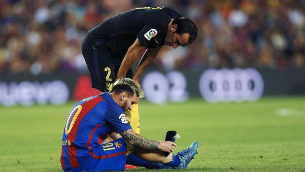 Godín habla con Messi de su lesión