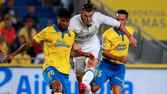 Bale ante dos rivales de la UD Las Palmas