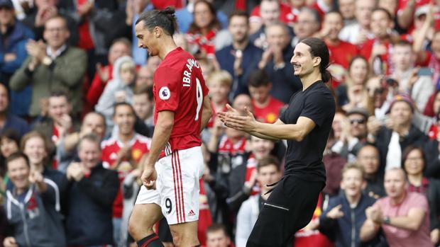 El imitador de Ibrahimovic, junto a su ídolo