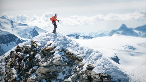 Dani Arnold en cumbre del Cervino o Matterhorn tras escalarlo en 1 hora y 46 minutos