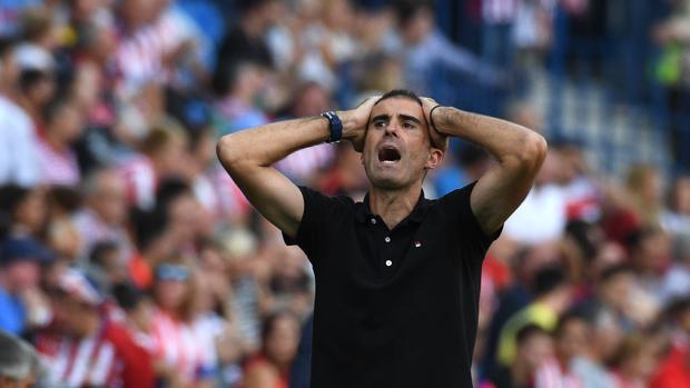 Gaizka Garitano se lamenta durante el Atlético-Deportivo