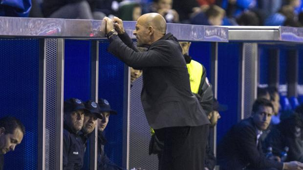 Paco Jémez se lamenta durante el Alavés-Granada
