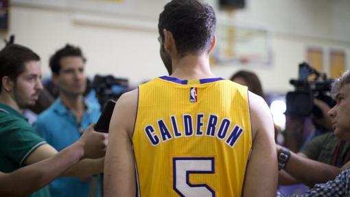José Manuel Calderón atiende a los medios con la camiseta de Los Ángeles Lakers