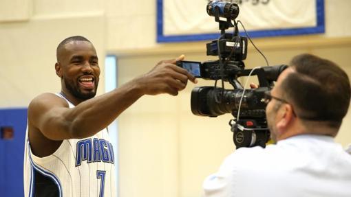 Serge Ibaka juega con una cámara durante el «media day»