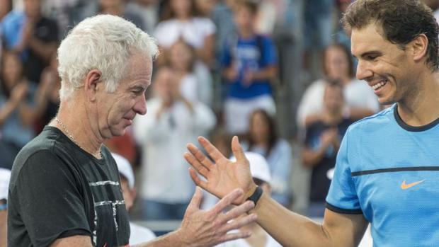 Rafa Nadal saluda a John McEnroe al finalizar la exhibición disputada en Manacor