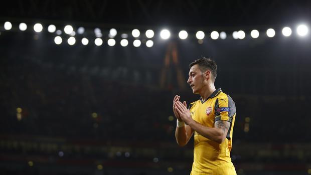 Walcott lidera al Arsenal