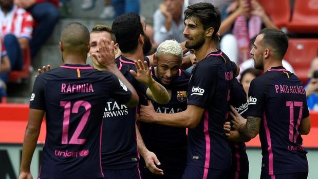 Los jugadores del Barcelona celebran uno de los cinco tantos anotados ante el Sporting de Gijón