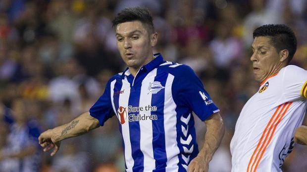 Daniel Torres, a la izquierda, junto a un jugador del Valencia en un duelo liguero