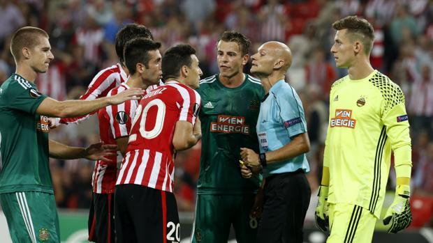 Athletic-Rapid Viena:  Un triple cambio de opinión del árbitro indigna a San Mamés