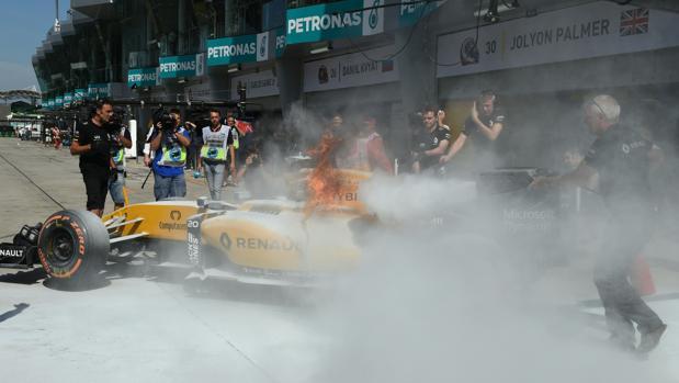Fórmula 1 | GP de Malasia:  El Renault de Magnussen sale ardiendo en Sepang
