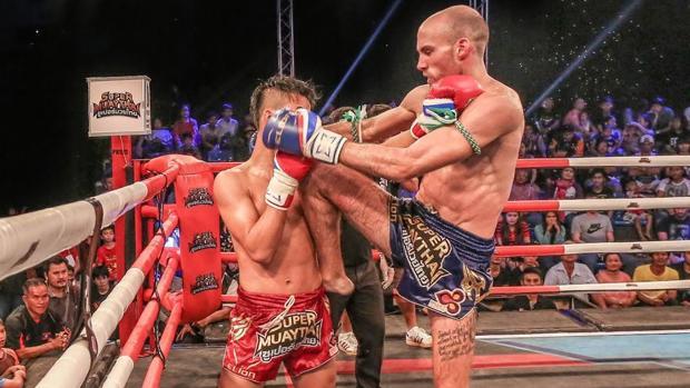 El luchador gaditano Carlos Coello (dcha.) impacta con rodillazo durante el Super Muay Thai en Tailandia