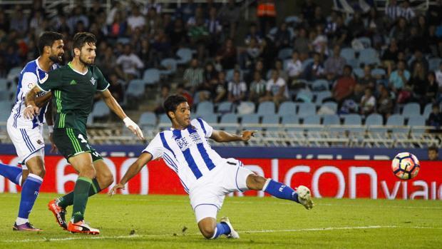Carlos Vela remata para marcar el únio gol del partido ante el Betis