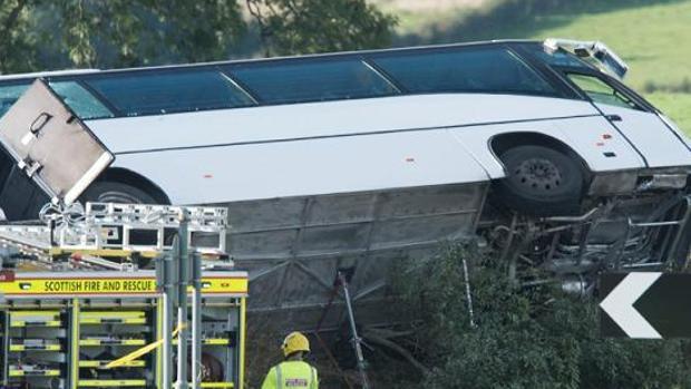 Un muerto y 21 heridos al volcar un autobús de aficionados del Rangers