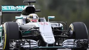 Hamilton logra la pole tras un error de Rosberg