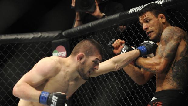 Khabib Nurmagomedov (izquierda) golpea a Rafael Dos Anjos en una pelea de UFC