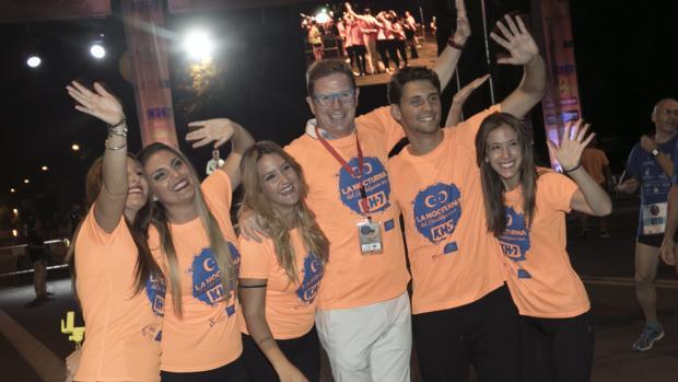 Jorge Cadaval, de los Morancos, junto a voluntarios de la Carrera Nocturna del Guadalquivir