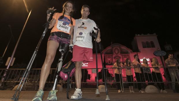 Una joven pareja participa ayudada con muletas y prótesis