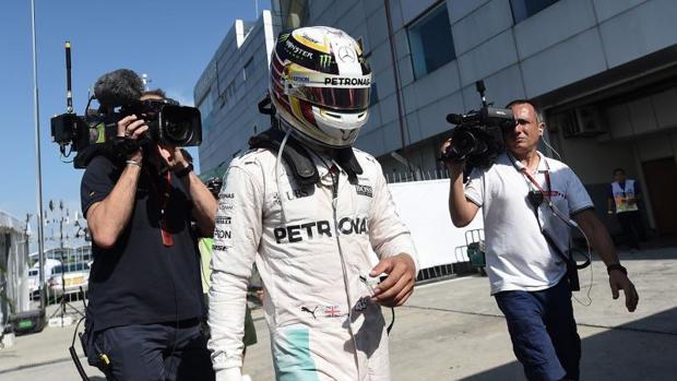 Hamilton: «Parece que alguien no quiere que gane»