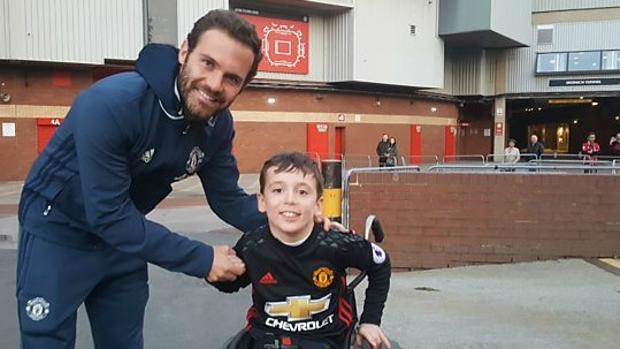 El emotivo gesto de Juan Mata con un aficionado