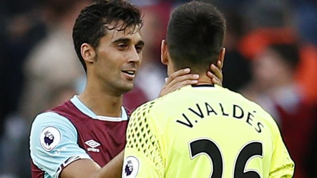 Arbeloa, con Víctor Valdés, en un partido del West Ham