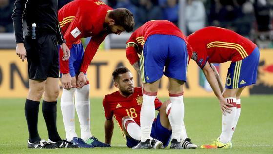 Alba, lesionado en el suelo, pide el cambio