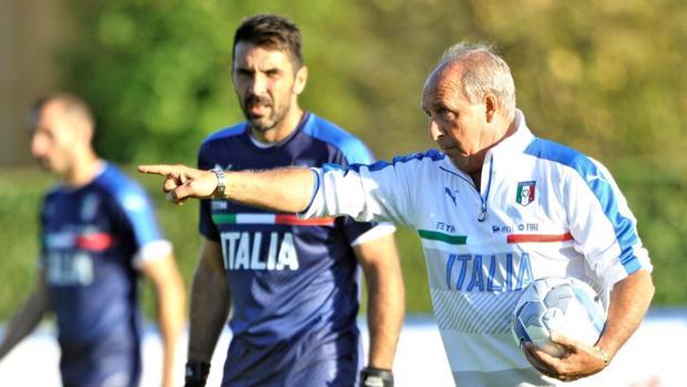 Giampiero Ventura, en un entrenamiento con Italia