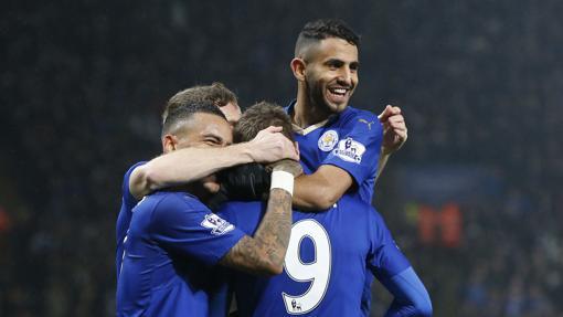 Varios jugadores del Leicester celebran un gol