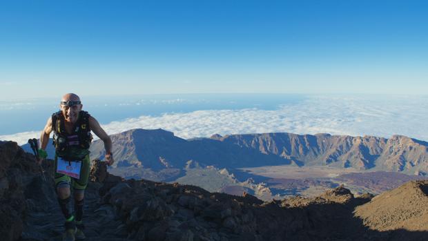 Uno de los participantes de la Tenerife Bluetrail de 2016
