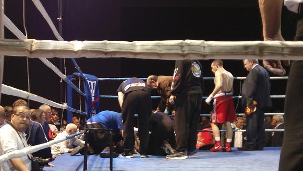 Saúl Tejada es atendido en el ring tras caer en el noveno asalto