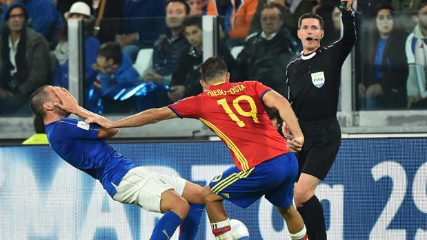 Diego Costa, en un lance con el italiano Bonucci en el partido del pasado jueves en Turín
