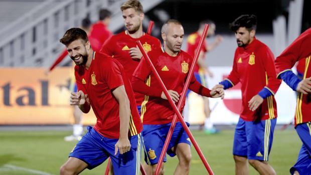 Los jugadores de España, durante el entrenamiento previo al partido