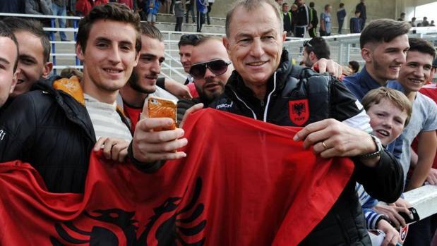 Di Biasi, con la bandera de Albania y un grupo de aficionados de ese país