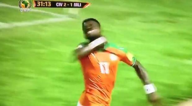 El controvertido gesto de Serge Aurier al celebrar un gol