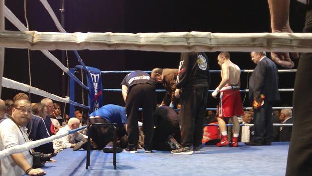 Saúl Tejada, atendido en el ring tras caer derribado en el noveno asalto