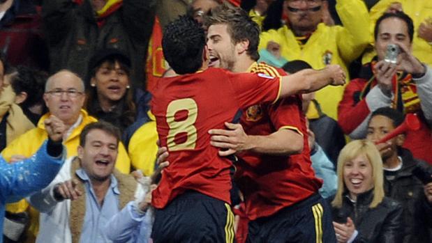 Piqué celebra con Xavi su primer gol con la selección el 28 de marzo de 2009