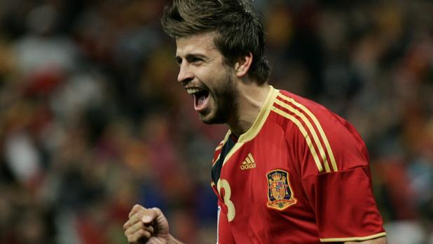 Piqué, con camiseta de manga corta, celebra su primer gol con España en 2009